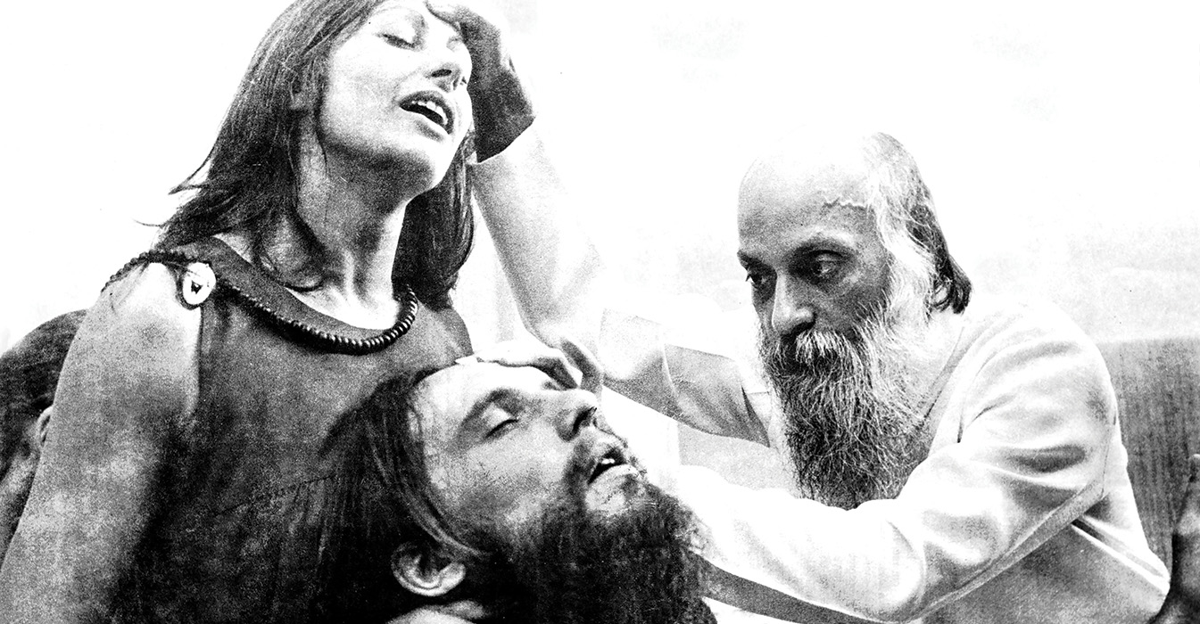 Osho & Sannyasins during Darshan, Poona, Rajneesh Foundation Newsletter, vol.23, 1 December 1979